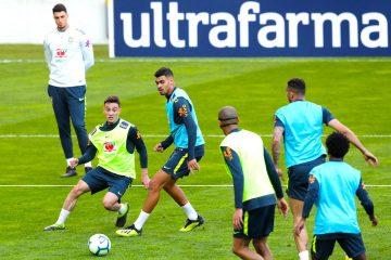 Jugadores de la selección brasileña de fútbol participan en una sesión de entrenamiento del conjunto celebrada en Oporto (Portugal). Brasil se enfrentará a Panamá el 23 de marzo y a la República Checa el 26 de marzo, en sendos partidos amistosos. EFE