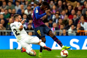 El delantero francés del FC Barcelona Ousmane Dembele (d) lucha con Dani Carvajal, del Real Madrid, durante el partido de la 26ª jornada de Liga en Primera División que Real Madrid y FC Barcelona. EFE/Rodrigo Jimenez