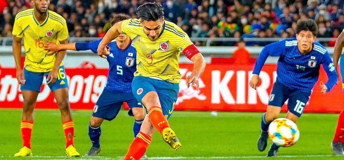 El delantero colombiano Radamel Falcao (c) marca el 0-1 ante Japón durante un partido amistoso en el Estadio Internacional de Yokohama (Japón). EFE