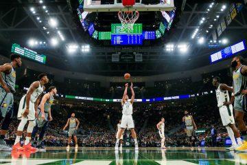 Pau Gasol (c) de los Bucks lanza este jueves durante un partido de NBA entre Indiana Pacers y Milwaukee Bucks, en el Fiserv Forum de la ciudad de Milwaukee, Wisconsin (EE.UU.). EFE