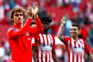 El delantero francés del Atlético de Madrid Antoine Griezmann (i) aplaude al público tras la victoria ante el Leganés en el partido de La Liga que se disputo en el estadio Wanda Metropolitano en Madrid. EFE