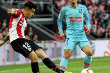 El defensa del Athletic, Yuri Berchiche (i), golpea el balón ante el delantero francés del Atlético de Madrid, Antoine Griezmann, durante el encuentro correspondiente a la jornada 28 de primera división que se disputo en el estadio de San Mamés, en Bilbao. EFE