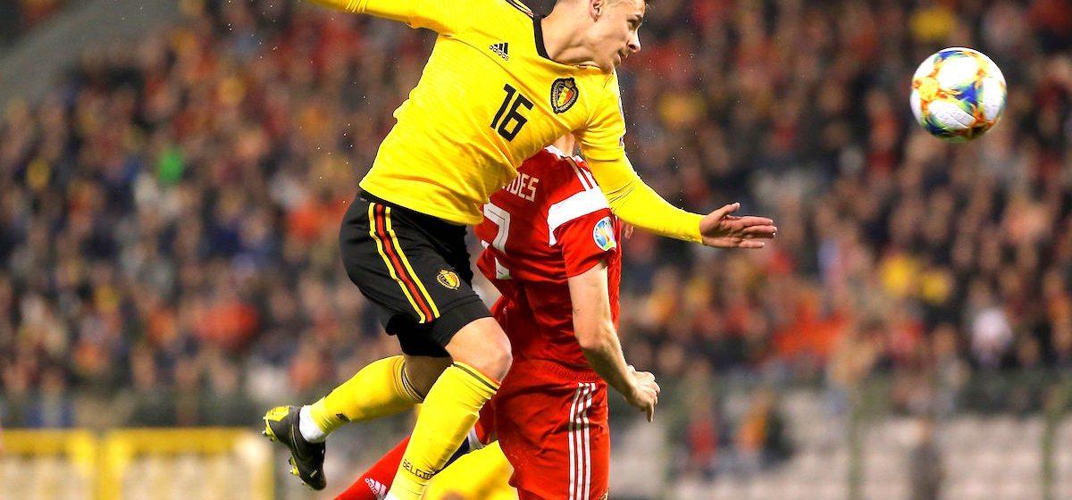 JW01. BRUSELAS (BÉLGICA), 03/21/2019.- Thorgan Hazard (i) de Bélgica salta por un balón, durante un partido de la fase clasificatoria para la Eurocopa 2020 entre Bélgica y Rusia en el estadio King Baudouin en Bruselas (Bélgica). EFE