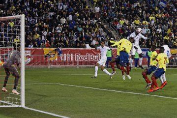 Alberth Elis (4d) de Honduras disputa un balón con Juan Carlos Paredes (i) de Ecuador durante un partido amistoso entre Honduras - Ecuador en el estadio Red Bull en Harrison, New Jersey (EE.UU.). EFE