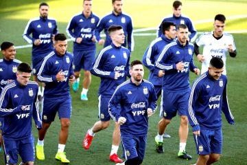 Los jugadores de la selección de Argentina, con Lionel Messi (c) a la cabeza, durante el entrenamiento realizado en la Ciudad Deportiva del Real Madrid, para preparar el partido amistoso que disputarán frente a Venezuela este viernes en Madrid. EFE