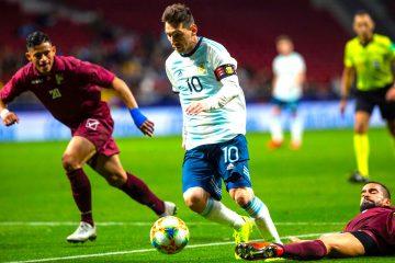 El delantero de la selección de Argentina, Leo Messi (i), se lleva el balón ante el centrocampista de Venezuela, Tomás Eduardo Rincón, durante el encuentro amistoso que disputo en el estadio Wanda Metropolitano, en Madrid. EFE
