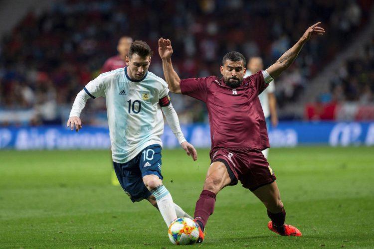 El delantero de la selección de Argentina, Leo Messi (i), disputa el balón ante el centrocampista de Venezuela, Tomás Eduardo Rincón, durante el encuentro amistoso que disputo. EFE
