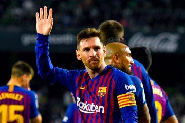 El delantero argentino del FC Barcelona, Leo Messi, celebra el cuarto gol del equipo blaugrana durante el encuentro correspondiente a la jornada 28 de primera división que disputan esta noche en el estadio Benito Villamarín, en Sevilla. EFE