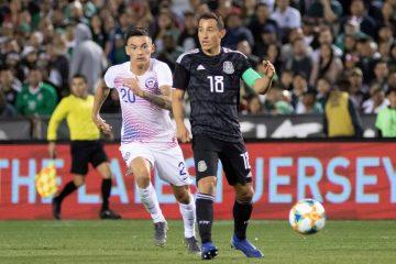 Charles Aránguiz (i) de Chile en acción ante el mexicano Andrés Guardado (d) durante un partido amistoso internacional entre las selecciones de México y Chile en el estadio SDCCU, en San Diego, California (EE.UU.). EFE
