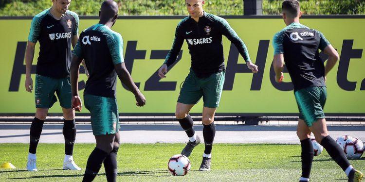 Cristiano Ronaldo (c) se entrena junto a sus compañeros de la selección nacional de Portugal, en la Ciudad del Fútbol de Oeiras, en las afueras de Lisboa, Portugal. EFE