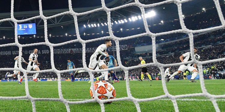 Cristiano Ronaldo (c) de Juventus celebra luego de anotar un gol durante el partido de vuelta por los octavos de final de la Liga de Campeones de la UEFA entre Juventus FC y Club Atlético Madrid en el estadio Allianz, en Turín (Italia). EFE