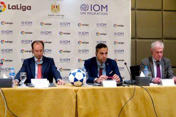 El delegado de La Liga en Egipto, Juan Fuentes Fernández, y el jefe de la misión de la OIM en Egipto, Laurent De Boeck, en rueda de prensa en El Cairo tras firmar el acuerdo de cooperación para combatir el tráfico de menores. EFE