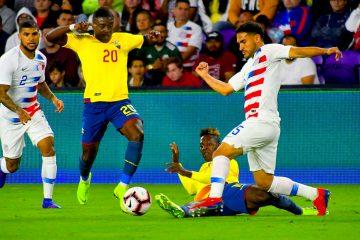 Cristian Roldan (d) de los Estados Unidos disputa el balón con Jhegson Méndez (i) de Ecuador en un partido amistoso entre Estados Unidos y Ecuador, en el estadio Orlando City de Orlando, Florida (Estados Unidos). EFE
