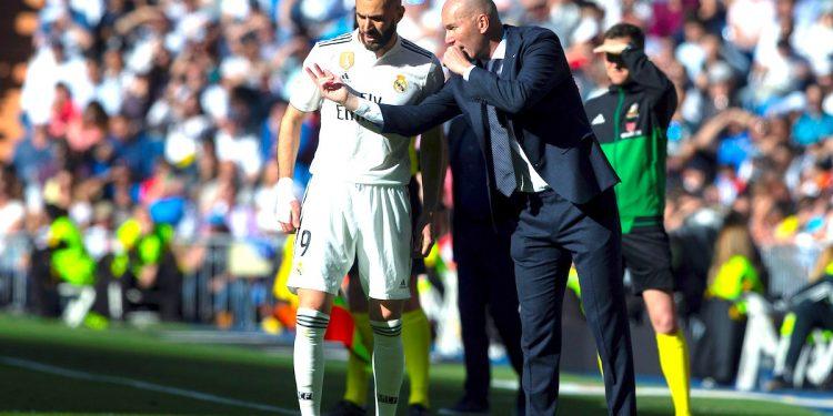 El entrenador francés del Real Madrid Zinedine Zidane (d) da isntrucciones al francés Karim Benzema durante el partido de la vigésimo octava jornada de Liga que disputo ante el Celta de Vigo en el estadio Santiago Bernabéu de Madrid. EFE/Rodrigo Jiménez