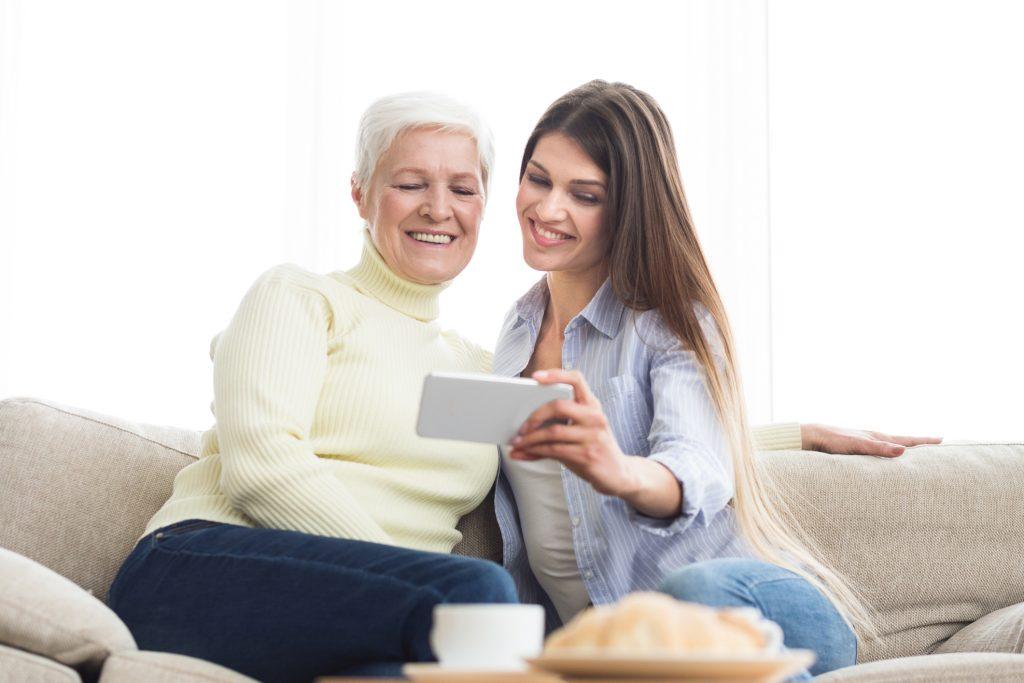 dreamstime_m_140511371-1024x683 Mi abuela está aprendiendo Facebook e Instagram