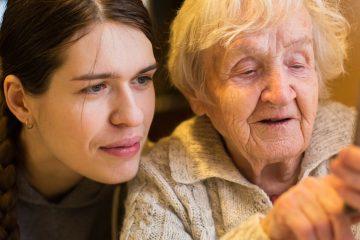 """""""Las abuelas ya saben lo que es un """"Selfie"""", enviar """"Memes"""", estampillas religiosas, tarjetas, mensajes y siguen dominando las redes sociales. (Dreamstime)"""