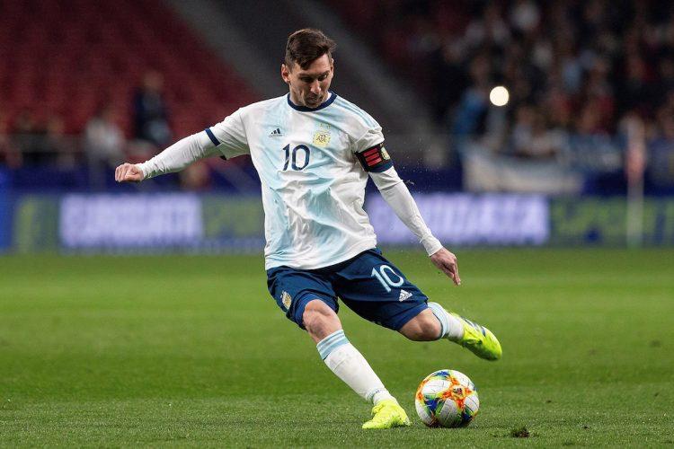 El delantero de la selección Argentina, Leo Messi, se dispone a golpear el balón durante el encuentro amistoso que disputan esta noche frente al combinado de Venezuela en el estadio Wanda Metropolitano, en Madrid. EFE