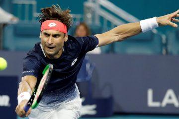 David Ferrer de España devuelve una bola a Frances Tiafoe de Estados Unidos en un juego del Abierto de Tenis de Miami, Florida (EEUU).EFE