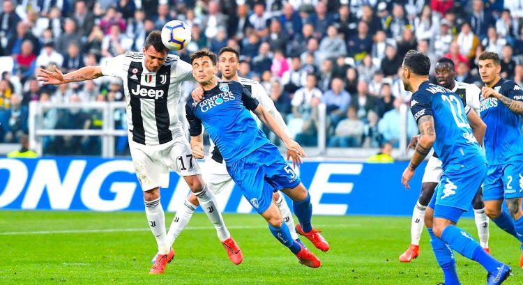 El croata Mario Mandzukic (i) renovo con el Juventus. EFE