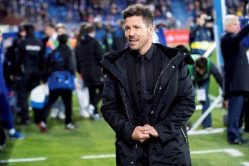 El entrenador argentino del Atlético de Madrid Diego Simeone al inicio del partido de la vigésimo novena jornada de Liga que disputo en el estadio Mendizorrotza de Vitoria. EFE