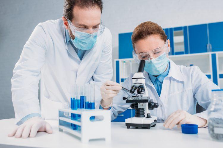 El científico puntualizó que ese estudio, de la revista Nature, dice que el uso de drogas como el Ibrutinib, recomendada para tratar la LLC en pacientes que no responden al tratamiento estándar, aumenta la expresión de la enzima AID, que causa mutaciones en el ADN y que, en exceso, puede beneficiar a las células tumorales. (Dreamstime)