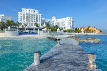 En las últimas semanas, el recale de sargazo se había concentrado en el sur de Quintana Roo -la Riviera Maya y Tulum- pero cambios en el clima y las corrientes marinas llevaron la mancha de la macroalga a las playas de Cancún. (Dreamstime)