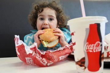 """Ante este panorama, la organización El Poder del Consumidor y la Redim presentaron la campaña """"Exijamos escuelas 100 % libres de comida chatarra"""", la cual tiene recomendaciones para crear escuelas saludables. (Dreamstime)"""