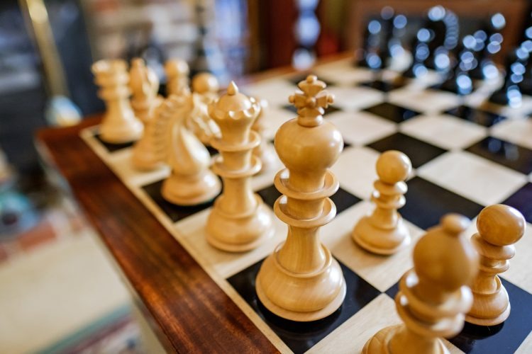 El jugador estadounidense usó una defensa Siciliana, variante Najdorf, y en la jugada 25 ya tenía dos peones de ventaja que le valieron para cambiar varias piezas mayores y ganar en final de torre y caballo. (Dreamstime)