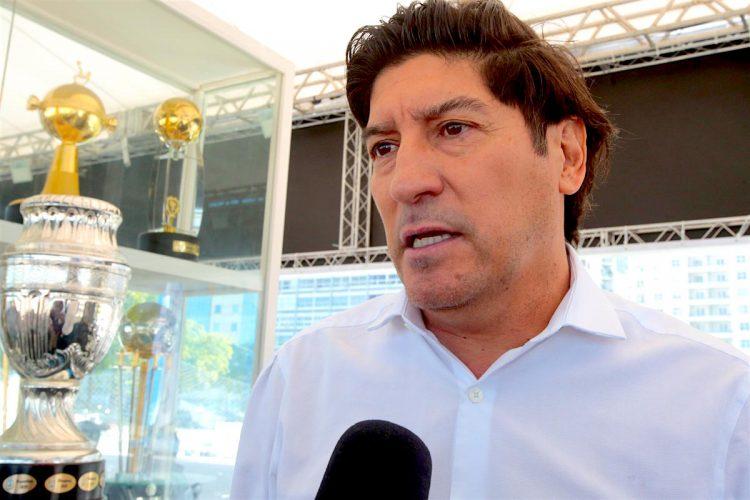 """Al 'Bam-Bam' Iván Zamorano no le ha sorprendido la selección chilena que se ha clasificado con anticipación para los cuartos de final de la Copa América de Brasil, incluso le ha """"llevado a la memoria el equipo bicampeón"""" que se consagró en las ediciones de 2015 y 2016. EFE"""
