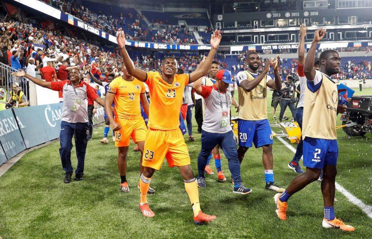 Jugadores de Haití celebran su victoria el pasado lunes durante un partido de la etapa de grupos de la Copa de Oro de la CONCACAF entre Costa Rica y Haití, en el Estadio Red Bull de Harrison, Nueva Jersey (EE. UU.). EFE