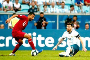 Leo Messi (d) de Argentina disputa un balón ante Boualem Khoukhi (i) de Catar este domingo, durante el partido del Grupo B de la Copa América de Fútbol 2019, entre Catar y Argentina, en el Estadio Arena do Grêmio de Porto Alegre, (Brasil). EFE/