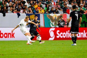 Scott Arfield (i) de Canadá disputa el balón con Jorge Sánchez (c) y Raúl Jiménez (d) de México en su juego por la Copa de Oro jugado en Stadium en Mile High, Denver, CO, EE.UU. EFE