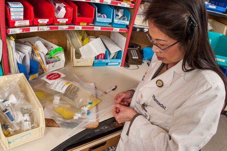 En Perú es habitual que las farmacias ofrezcan las medicinas de mayor precio como primera alternativa, y solo indican los genéricos cuando estos son pedidos expresamente por los compradores, aunque muchas veces responden que no están disponibles. (Dreamstime)