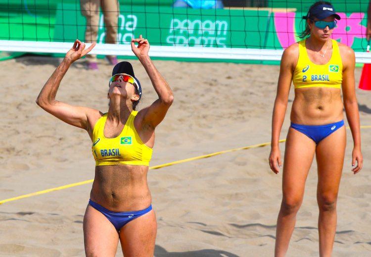 Angela Reboucas (i) y Carolina Horta (d) de Brasil festejan un punto ante Chile en un juego de voleibol de playa durante la segunda jornada de los Juegos Panamericanos Lima 2019, en la Costa Verde en Lima (Perú). Los Juegos Panamericanos se disputarán del 26 de julio al 11 de agosto. EFE