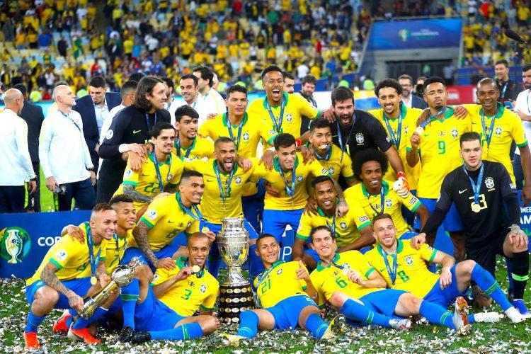 Jugadores de Brasil celebran con el trofeo de la Copa América de Fútbol 2019, en el Estadio Maracanã de Río de Janeiro, Brasil, el pasado 7 de julio de 2019. EFE/Antonio Lacerda