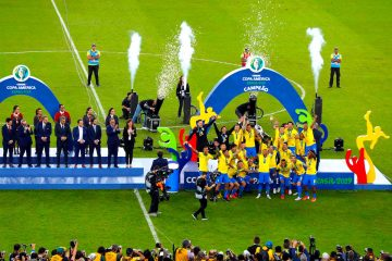 Jugadores de Brasil celebran con el trofeo de la Copa América de Fútbol 2019, en el Estadio Maracanã de Río de Janeiro, Brasil, el 7 de julio de 2019. EFE/Paulo Whitaker