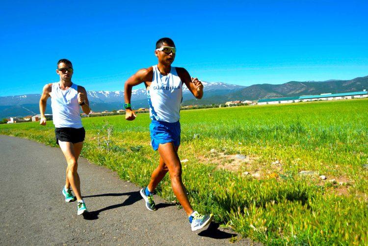 El marchador guatemalteco Erick Barrondo (d) preparan los Juegos Panamericanos Lima 2019 con Paquillo Fernández, subcampeón olímpico y mundial en 20 kilómetros marcha, en la localidad de Guadix (Granada). Barrondo es el único deportista guatemalteco que ha logrado medalla en unos Juegos Olímpicos, la plata en Londres 2012 en los 20 kilómetros marcha. Ahora es una de las grandes esperanzas del país en los Juegos Panamericanos. EFE.