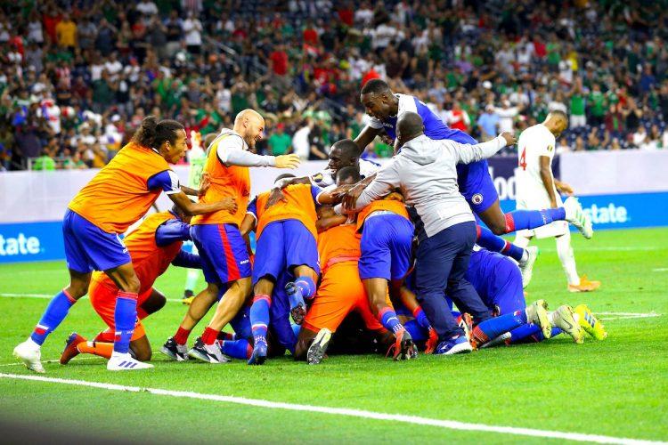 Los jugadores de Haití celebran su victoria este sábado, al final del partido de cuartos de final de la Copa Oro entre Canadá y Haití que se disputo en el NRG Stadium de Houston (EE.UU.). Haití venció a Canadá 3-2. EFE