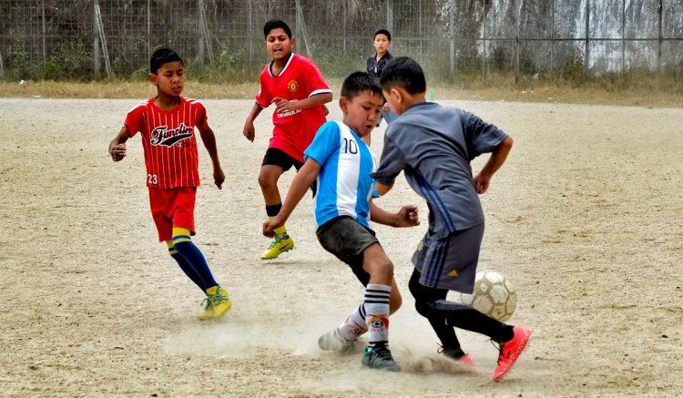 Niños juegan en un partido de fútbol en la ciudad de Darjeeling (India), durante una prueba de talento de la ONG india Sudeva, que trabaja para cumplir el sueño de los niños que quieren ser futbolistas. El fútbol en este país de 1.300 millones de habitantes, que ocupa el puesto 101 en el ránking de la FIFA por detrás de Palestina, lleva estancado desde hace más de un siglo por falta de financiación y entrenadores, lo que relega al deporte más popular del mundo a pachangas de domingo, pequeñas ligas y partidos sin espectadores. EFE/ Indira Guerreo