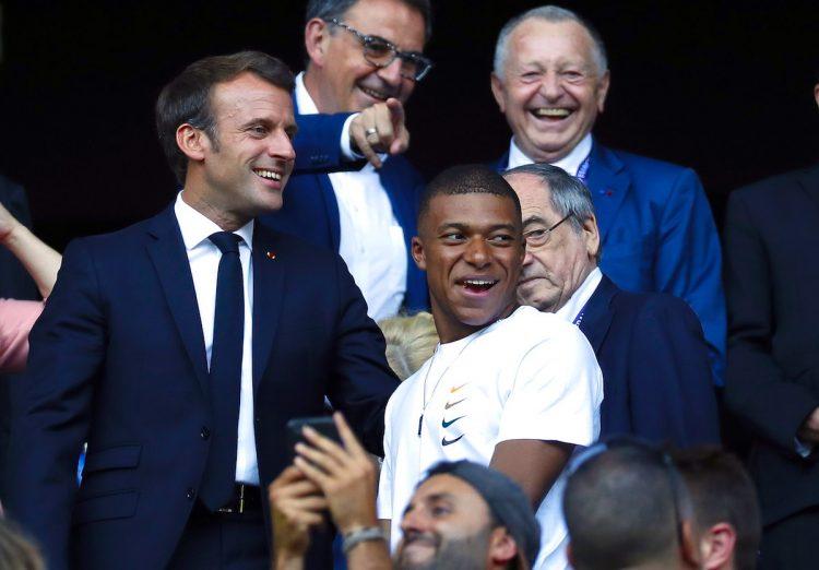 El jugador Kylian Mbappe (d) junto al presidente frances  Macron (i) EFE