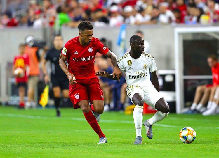 Ferland Mendy (d) del Real Madrid disputa el balón con Corentin Tolisso (i) del Bayern Munich durante su partido amistoso del torneo veraniego International Champions Cup, en el estadio NRG de Houston, Texas (EE.UU.). EFE