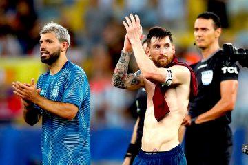Lionel Messi (d) y Sergio Agüero de Argentina se despiden durante el partido Venezuela-Argentina de cuartos de final de la Copa América de Fútbol 2019, en el Estadio Maracanã de Río de Janeiro, Brasil. EFE