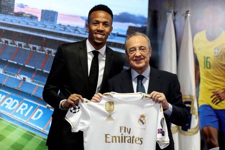 El defensa brasileño Eder Militao posa junto al presidente del Real Madrid, Florentino Pérez, durante su presentación como nuevo jugador del conjunto blanco en un acto que ha tenido lugar el  miércoles en el Santiago Bernabéu. EFE/J.J. Guillén