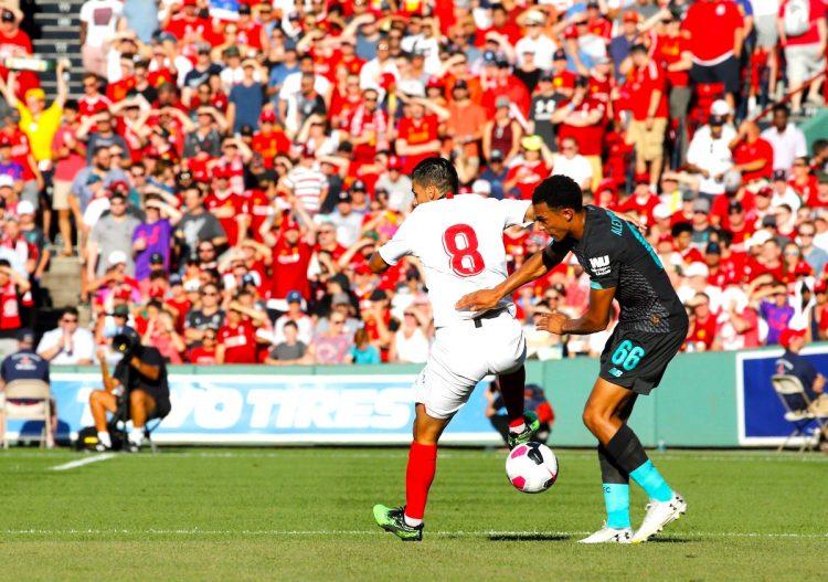 jugador del Sevilla Manuel Duran Agudo (i) en acción contra Trent Alexander-Arnold (d) de Liverpool durante un partido amistoso entre Sevilla FC y Liverpool FC, en el estadio Fenway Park de la ciudad de Boston (EE.UU.). Sevilla se impuso 2-1. EFE