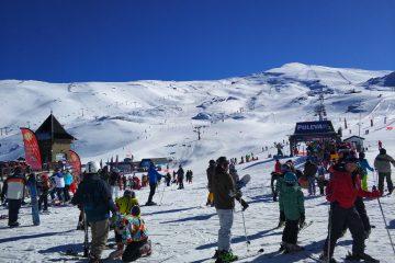 En esta misma línea, según cifras de la Asociación de Centros de Ski de Chile A.G. (ACESKI), un 57 % de los visitantes son nacionales y un 43 % son extranjeros. (Dreamstime)