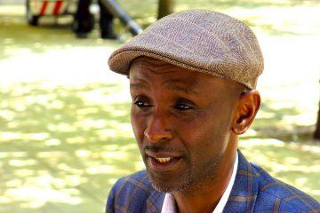 """""""Toto"""" Murangwa sobrevivió al genocidio de Ruanda por dos razones: la suerte y el fútbol. En 1994, era el portero del Rayon Sports, un club puntero del país africano. Idolatrado por sus aficionados, también lo era por sus asesinos. Por eso, puede contar su historia. EFE/ María Eugenia Francisco"""