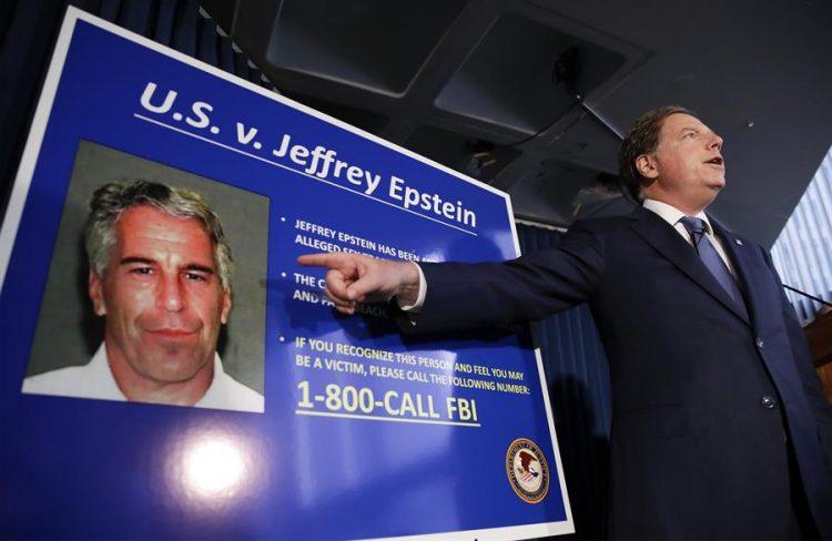 """En su cuenta de Twitter, Trump compartió el mensaje de un hombre que aseguraba que Epstein """"tenía información sobre Bill Clinton y ahora está muerto"""", en una sugerencia velada. (EFE)"""