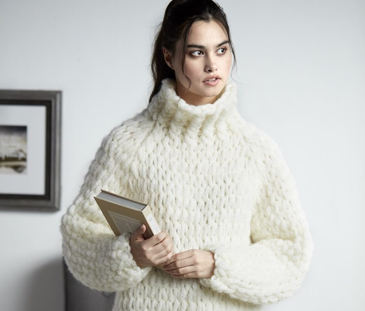 Red Heart® Heat Wave ™ y Bernat® Alize® EZ Wool ™ ahora están disponibles en la tienda y en línea en JOANN Fabrics y estarán disponibles para su compra en septiembre en Yarnspirations.com