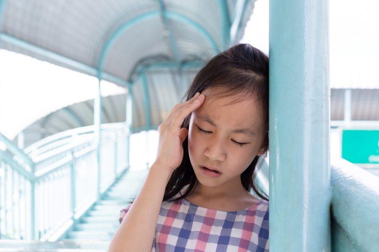 Una vez que se presenta el dolor de cabeza este se acompaña de molestia a la luz, olores y ruidos y puede durar desde cuatro horas hasta periodos de 72 horas por lo que llega a ser incapacitante también en los pequeños. (Dreamstime)