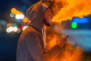 Al menos seis personas en EE.UU. han muerto y centenares han sufrido complicaciones pulmonares vinculadas al uso creciente de cigarrillos electrónicos que se promueven con sabores artificiales. (Dreamstime)